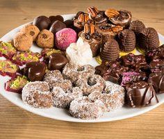 Tradiční cukroví v raw variantě: Zdravější i jednodušší Raw Vegan Desserts, Raw Vegan Recipes, Dairy Free Recipes, Baking Recipes, Snack Recipes, Czech Recipes, Christmas Sweets, Sweet And Salty, Food And Drink