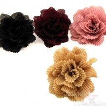 Flores de tela de 8 centímetros de diámetro. Estas flores de tela son muy prácticas para adornar tocados y diademas. Obteniendo con ello un completísimo resultado.