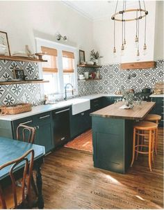 Bold patterns and organic materials create an unforgettable kitchen model Deco. Bold patterns and organic materials create an unforgettable kitchen model Decor Deco Design, Küchen Design, Design Ideas, Green Kitchen, New Kitchen, Boho Kitchen, Home Interior, Kitchen Interior, Interior Design