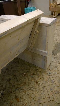 7.  De rugleuning tegen het zitvlak plaatsen en in een hoek van 78 gr naar achteren bewegen. Ik heb 2 kleine balkjes gemonteerd om de rugleuning vast te zetten.