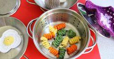 Gehäkeltes für Puppenküche und Kaufmannsladen: bunte Spirelli, Spiegelei und Pilze