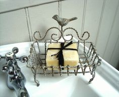 A pretty distressed and rustic looking cream wire work soap dish and holder which has a gorgeous bird detail  Has four claw type feet which allows this soap dish to sit on the side of the sink, or can be hung up  Size: L14.5 x W 9.5 X D6.5