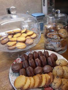 Macarons chocolat ganache chocolat, sablé vanille citron, cookies chocolat éclats de caramel.