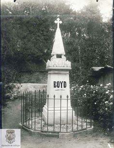 En Málaga se encuentra el Cementerio Anglicano, conocido como Cementerio de San Jorge o Cementerio Inglés que fue declarado Bien de Interés Cultural en 2012. Se construyo en el XIX en la Cañada de los Ingleses y es el primer cementerio protestante de España, construido a partir de 1831.  Una de las primera tumbas que albergó el cementerio fue la Robert Boyd, que aparece en  la fotografia  (Sig. Es29067ADPM Lc 23:5:17)