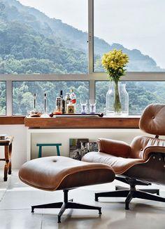 De Eames #lounge fauteuil is in allerlei houtsoorten fineer verkrijgbaar, waaronder Braziliaanse palissander fineer. Ook de lederen kussens zijn in verschillende kleuren leverbaar, zoals bruin en beige