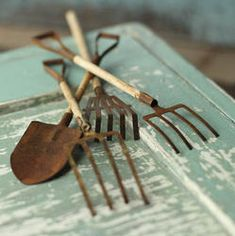 Rustic Miniature Garden Tool Set - Fairy Garden Miniatures - Dollhouse Miniatures - Doll Making Supplies - Craft Supplies Best Picture For Garden Tools wood For Your Taste You are looking for somethin Miniature Crafts, Miniature Houses, Miniature Fairy Gardens, Miniature Dolls, Garden Tool Storage, Garden Tool Set, Diy Dollhouse, Dollhouse Miniatures, Dollhouse Supplies