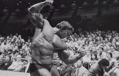Arnold Schwarzenegger is rightfully a legend in the world of bodybuilding. Here are 35 awesome classic bodybuilding pictures of Arnold Schwarzenegger. Bodybuilding Nutrition, Bodybuilding Motivation, Arnold Photos, Arnold Schwarzenegger Bodybuilding, Bodybuilding Pictures, Elbow Pain, Pumping Iron, Mr Olympia, Gym Rat