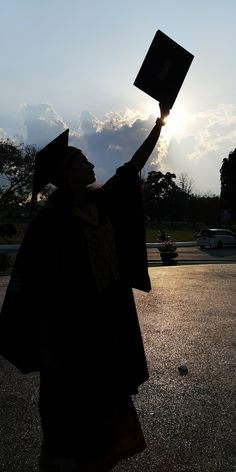 College Graduation Photos, College Graduation Pictures, Graduation Picture Poses, Graduation Photoshoot, Graduation Diy, Graduation Wallpaper, Graduation Photography, Aesthetic Photography Nature, Applis Photo