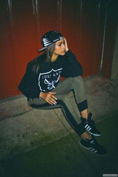 love this look, hat, sweatshirt, 2 color skinny leggings and sneakers