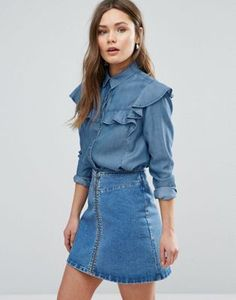 New Look Denim Frill Shirt from ASOS - the perfect addition to a casual outfit. This would be perfect paired with a bright printed A-line skirt. Denim Fashion, Hijab Fashion, Fashion Dresses, All Jeans, Jeans Rock, Denim Retro, Casual Chic, Style Désinvolte Chic, Frill Shirt