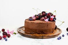 Saftiger veganer Schokokuchen, gefüllt mit fluffiger Schoko Sahne und umhüllt mit einer herrlichen Schokoladencreme. Vegan Protein Bars, Almond Joy, Whole Food Recipes, Cake, Desserts, Vegan Pastries, Vegan Chocolate, Cacao Powder, Pies