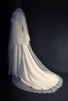 Robe de mariée crepe soie voile dentelle, avec un grand voile bordé de dentelle de Calais, signée Edith Bréhat. Photo Ariane Le Guay