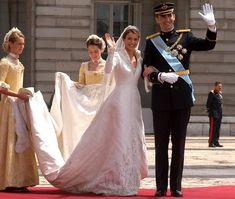 Los mejores momentos de la boda de Felipe y Letizia - Tras el recorrido de los novios en Rolls por las calles de Madrid, pasadas las dos de la tarde llegaban al Palacio Real