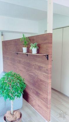 板に木目のシートを貼って。 子ども部屋を仕切ったり、ちょっとスペースを作りたい時に手軽に出来そうです。