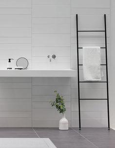 Aquanova ICON: ICON ist der Leiter-Handtuchhalter oder der stille Diener, der lässig an die Wand gelehnt wird. 5 Sprossen sorgen für genügend Platz um Ihre Handtücher oder Kleider ordentlich abzulegen. Macht im Badezimmer, Ankleidezimmer und Schlafzimmer eine tolle Figur. #handtuchleiter #stillerdiener #diener #kleiderständer #gestell #leiter #bad #badezimmer #ankleide #ankleidezimmer #schlafzimmer #anziehsachen #klamotten #kleider #aufhängen #ablegen #schwarz #matt #reuterde Door Hinges, Dream Bathrooms, Shower Doors, White Walls, Decoration, Bathroom Accessories, Space Saving, Home And Living, Bathtub
