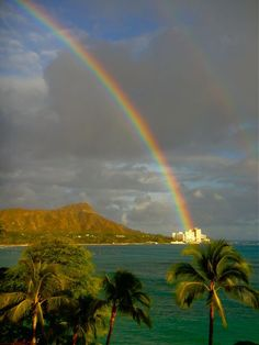 Oahu, Hawaii (My apartment was under this rainbow! Rainbow Magic, Rainbow Sky, Love Rainbow, Rainbow After The Storm, Over The Rainbow, Beautiful World, Beautiful Places, Hawaii Pictures, Vida Natural