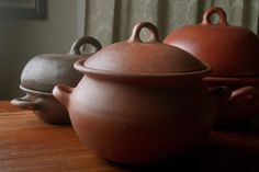 POMAIREWARE 6-qt pot  Clay pots also hold the nutrients whereas foods that are boiled often lose nutrients during the cooking process. Foods cooked in clay dishes retain more flavor than traditional cookware. Cooking in unglazed clay is an ancient tradition with modern day health benefits. So gourmet pomaireware clay cookware and bake ware are decoratively created to go straight from the oven or stove top to the dining table.