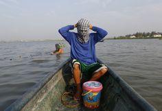 Prendersi cura del proprio viso nelle Filippine è diventata una mania. Soprattutto tra gli uomini. Il fotografo Cheryl Ravelo, dell'agenzia stampa Reuters, ha catturato tutti i rimedi della bellezza adottati in giro per il paese: dalle maschere fatte in casa dei pescatori per proteggere la pe