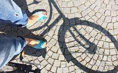 Mules mit leichtem Plateau sind die perfekten Schuhe für Mamas im Sommer. Spielplatz- und Ausgeh-tauglich und dabei wunderbar gemütlich. Schöne Slipper für Frühling und Sommer in grün (greenery) findet ihr auf dem Blog.