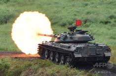 静岡県御殿場市にある東富士演習場で実施された陸上自衛隊「富士総合火力演習」の予行で、砲弾を発射する74式戦車(2015年8月18日撮影)。(c)AFP/Toru YAMANAKA