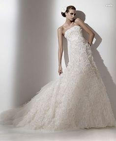 Traje de novia linea evase en encaje bordado.