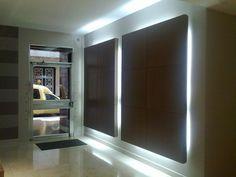 Decoración de vestibulos entrada edificios Idea Portal, Lobby Design, Lobbies, New Model, Entrance, Living Room, Interior Design, Lighting, Building