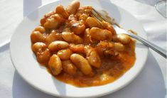 also spelled gigantes or yigandes is a Greek dish known in English as giant baked Gigandes plaki is a vegetarian meze dish that consists of large dried white runner beans (fasolia gigandes) cooked in a tomato-based sauce. Bean Recipes, Vegetarian Recipes, Cooking Recipes, Healthy Recipes, Bean Diet, Greek Dishes, Side Dishes, Butter Beans, Eastern Cuisine