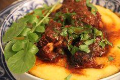 Aprenda a preparar uma deliciosa rabada com angu. Ingredientes Rabada: 600g de rabada 100g de bacon 1 cebola pequena picado 100g de extrato de tomate 150 ml vinho tinto 300 ml de