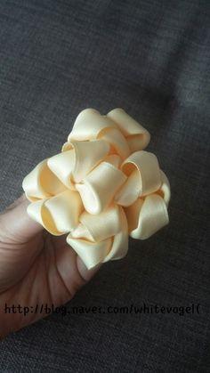 빵빵이♥♥ : 네이버 블로그 Crochet Flower Patterns, Crochet Flowers, Fabric Flowers, Bow Tutorial, Diy Hair Bows, Cake Decorating Tutorials, Flower Crafts, Ribbon Bows, Diy Hairstyles