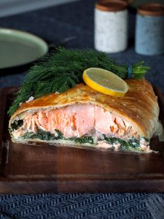 Zalm Wellington (zalm in bladerdeeg) Seafood Recipes, New Recipes, Favorite Recipes, Healthy Recipes, Salmon Dishes, Fish Dishes, Love Food, Food Porn, Easy Meals