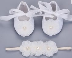 Adorable baby white shoes with a center ivory flower and with a Pearl ! Ideal for Baptism, Christening, Weddings and any special occasion. Very delicate white baby shoes with a beautiful center with White Baby Shoes, White Shoes For Girls, Baby Girl Shoes, Princess Outfits, Baby Princess, Girl Outfits, Christening Outfit, Baby Girl Christening, Baby Girl Fashion