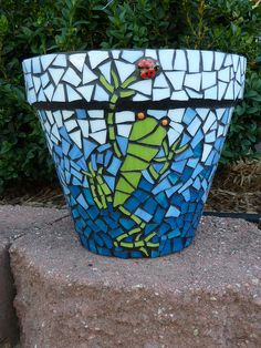 Adele's Pot - Frog & Lady Bug Mosaic A great winter project!!!
