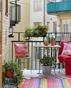 Oser le rose pour la déco du balcon | My Blog Deco Deco Rose, Blog Deco, Outdoor Carpet, Pink Rug, Pink Couch