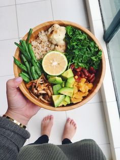 Buddha bowl, healthy lunch ideas, healthy dinner ideas, wooden bowl for food Think Food, I Love Food, Good Food, Yummy Food, Tasty, Healthy Snacks, Healthy Eating, Healthy Life, Healthy Sweets
