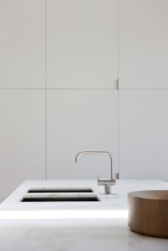sleek cabinetry becomes modern wall paneling. A very Edited look. love the tap Interior Desing, Home Interior, Interior Design Kitchen, Interior Architecture, Flur Design, Home Design, Design Design, Kitchen Taps, New Kitchen