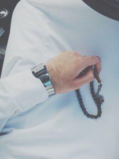 Jumuah, tasbeh, zikr ... Also thobe. Muslim Pictures, Muslim Images, Muslim Beard, Muslim Men, Arab Men Fashion, Mens Fashion, Arab Men Dress, Saudi Men, Dp For Whatsapp