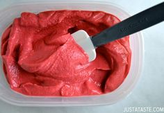 5 minute healthy strawberry frozen yogurt recipe Ingredients: 4 cups frozen strawberries 3 Tablespoons agave nectar or honey ½ cup plain yogurt (non-fat or full fat) 1 Tablespoon fresh lemon. Bbq Desserts, Low Carb Desserts, Delicious Desserts, Dessert Recipes, Yummy Food, Fruit Dessert, Frozen Desserts, Frozen Treats, Cupcake Recipes