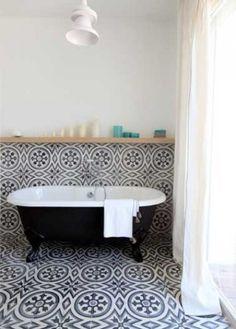 Salle de bain intemporelle avec des carreaux de ciments