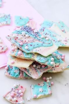 Make colorful chocolate yourself: Simple recipe in unicorn style - Minidrops - DIY & Party Ideen - Drinking games Kid Drinks, Frozen Drinks, Rainbow Drinks, Home Grown Vegetables, Puppy Party, How To Make Chocolate, Hot Chocolate, Fruit And Veg, Refreshing Drinks