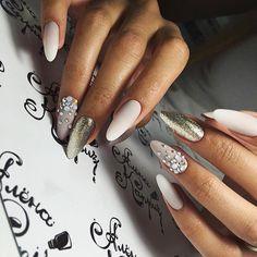 Только что убирали эти ноготки, и сделали новую нереальную красоту скоро покажу☺️ #ногти#стразынаногтях#дизайнногтей#острыеногти#миндалевидныеногти#beauty#beautiful#beautifulnails#alenakapriz#best#