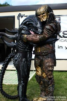 ~ Alien / Predator - Does somebody need a hug? Alien Vs Predator, Predator Movie, Les Aliens, Aliens Movie, Arte Alien, Alien Art, Funny Horror, Horror Films, Comic Con Costumes