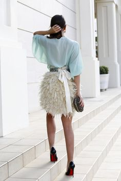 street style: Feather skirt with bow detail, chiffon baby blue top, heels and clutch Look Fashion, Fashion Show, Womens Fashion, Looks Style, Style Me, Trendy Style, Style Blog, Moda Chanel, Feather Skirt