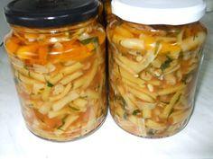 Reteta culinara Fasole galbena la borcan din categoria Conserve. Specific Romania. Cum sa faci Fasole galbena la borcan Pickles, Cucumber, Mason Jars, Food And Drink, Cooking Recipes, Canning, Roman, Green, Preserve
