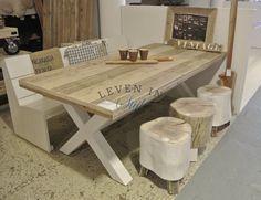 Kruispoottafel Bonet met krukjes en een steigerhout bank, alles op maat gemaakt in Alkmaar door Leven in Stijl meubelatelier