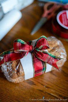 how to wrap baked goods for a bake sale, Christmas Food Gift DIY, Christmas Food gift ideas, Holiday food gift wrap, Chr Christmas Food Gifts, Christmas Baskets, Christmas Sweets, Homemade Christmas Gifts, Christmas Gift Wrapping, Christmas Goodies, Christmas Baking, Homemade Gifts, Holiday Gifts