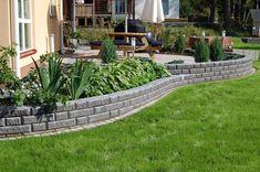 Pihan tasoerot voidaan yhdistää joko luiskalla tai tukimuurilla. Matalampia, alle 80 senttiä korkeita tukimuureja voidaan rakentaa betonisista muurikivistä, luonnonkivistä tai tukevasta puusta.