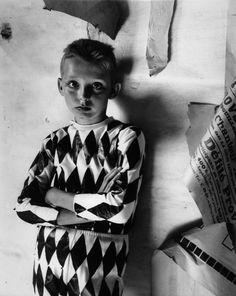 La mère de Lucien Clergue, qui l'élève seule, rêve d'en faire un artiste étant tombée malade, le jeune Lucien Clergue la soigne au quotidien ; mais elle meurt bientôt.