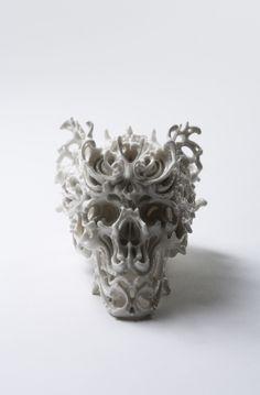 """""""Predictive Dream"""", la serie di teschi in ceramica di Katsuyo contenenti riferimenti storici, mitici e allegorici, in cui l'equilibrio tra apparenza e fragilità traduce alla perfezione quella che è la condizione precaria della società di oggi."""