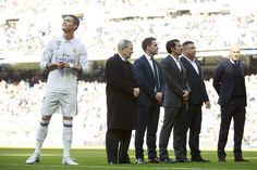 Cristiano Ronaldo (L) of Real Madrid CF waits for his golden ball ahead Raymond Kopa (2ndL), Michael Owen (3dL), Luis Figo (3dR), Ronaldo Nazario (2ndR) and head coach Zinedine Zidane (R) prior to start the La Liga match between Real Madrid CF and Granada CF at Estadio Santiago Bernabeu on January 7, 2017 in Madrid, Spain.