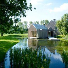 C'est en Flandre que la maison familiale Refuge a vu le jour en 2008. Ses propriétaires ont souhaité voir naître une extension en lien étroit avec la nature environnante. Pour cela, les architectes ont privilégié une structure simple en caillebotis verticaux nichée sur ce petit plan d'eau.
